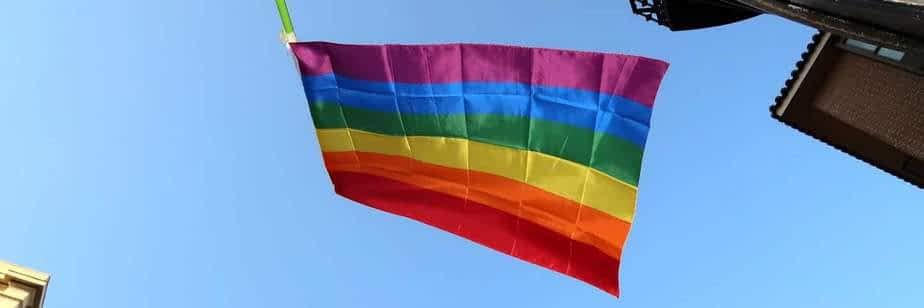 Le drapeau gay arc-en-ciel à Madrid